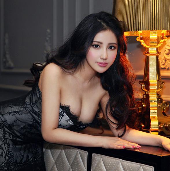 点击大图看下一张:性感酥胸美女私房写真 优雅动人