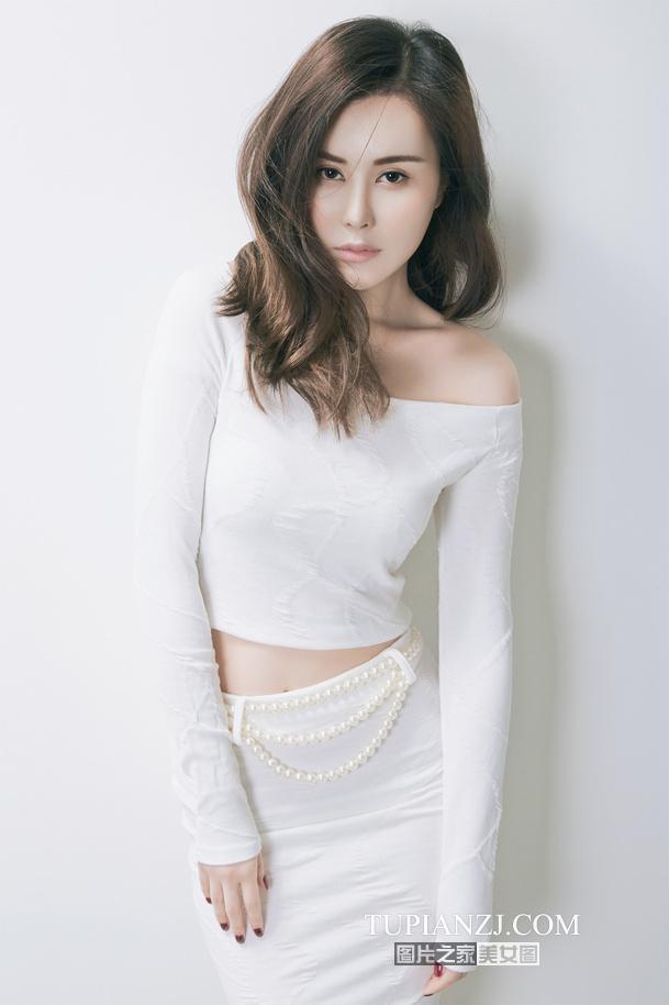 点击大图看下一张:白衣露肩性感美女