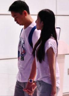 奶茶妹妹刘强东合体现身机场 高调恩爱好事将近