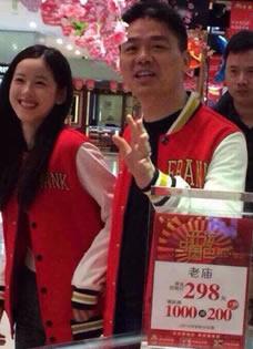 劉強東攜奶茶妹妹逛商場 情侶裝現身引圍觀