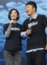 谢娜杜海涛亮相护鲨活动 姐弟俩默契十足