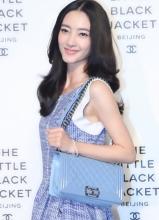 王丽坤黑白格调连身裙现身 大气简约显时尚