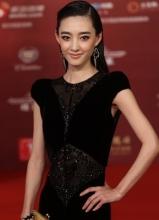 王丽坤黑色蕾丝晚礼服现身 典雅似女神