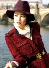 王丽坤河边写真 复古造型显魅力