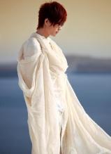 许嵩白衣海边帅气写真 化身翩翩少年纯净唯美