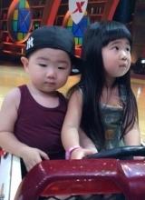 曹格女儿撞脸韩国小正太 囧表情神同步