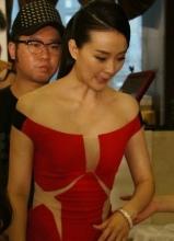 王艳红色长裙贵气现身 手捂小腹表情痛苦