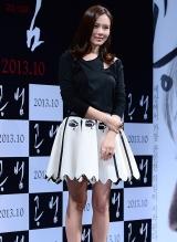 孙艺珍出席韩片《共犯》发布会 黑白短裙清纯俏皮