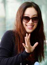 郑丽媛亮相机场 休闲穿搭灿烂笑容展魅力