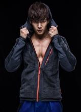 崔振赫秋装活力写真 裸上身秀健硕胸肌