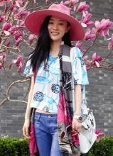 霍思燕早春开工街拍 粉帽清透轻松自在
