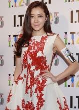 张曼玉张智霖出席活动 熊黛林印花红裙优雅知性