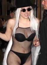 Lady Gaga着网状比基尼亮相 不惧寒冷秀性感