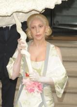 Lady Gaga现身变日本艺妓 手拿贝壳伞显奇异