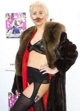 Lady Gaga雷人造型现身 八字胡内衣雌雄莫辩