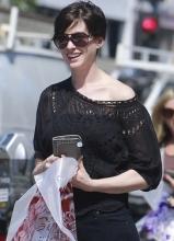 安妮·海瑟薇外出购物 网状上衣小露香肩