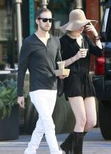 安妮·海瑟薇和老公外出 白美大腿显眼