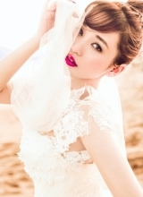 金莎曝唯美婚纱写真 浪漫海边期待出嫁