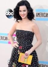 凯蒂·佩里波点抹胸裙亮相全美音乐奖红毯