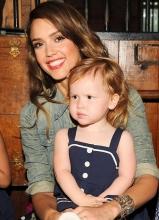 杰西卡·阿尔芭带女儿现身童装时装秀