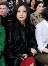 趙薇現身倫敦時裝秀 紅唇黑大衣顯貴氣