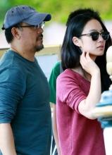 姜文携妻子抵达威尼斯电影节 与记者玩对拍