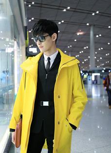 张翰机场如走秀 大长腿帅气逼人
