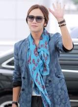 张根硕时髦打扮表态机场 将于中国粉丝会晤