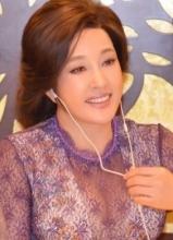 刘晓庆着蕾丝透视装表态 美沟尽显秀性感