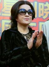 刘晓庆为美容机构站台 包裹严实否定整容