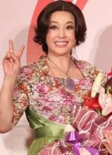 刘晓庆接收颁奖殊荣 摄影摆V手势装心爱