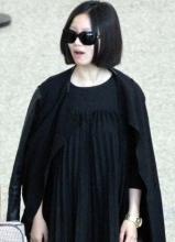 姚贝娜一身黑装现身上海机场 欧美范十足