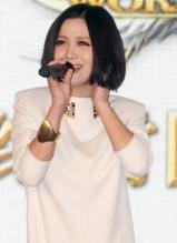 姚贝娜时尚亮相上海 为网游献唱