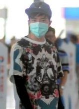 俞灏明戴口罩现身上海机场 与粉丝亲切热聊