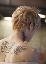 金在中曝新专辑宣传照 秀性感纹身后背