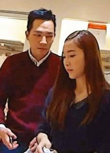 郑秀妍与绯闻男友Tyler权在香港甜蜜逛街