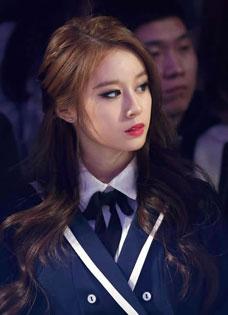 Tara成员朴智妍出席首尔时装周 大眼放电惊艳亮相
