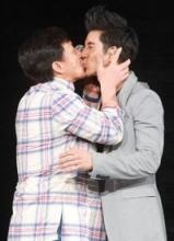 王力宏与成龙深情拥吻