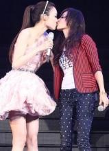 范玮琪举行红馆演唱会 与张柏芝上演女女激吻