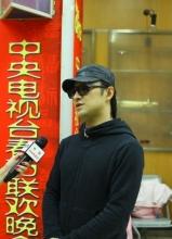 汪峰現身春晚彩排現場接受采訪