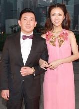 杜汶泽绅士派头薛凯琪粉红色长裙亮相红毯