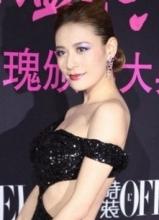 江若琳露背装性感十足