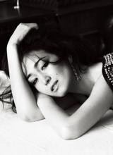 巩俐黑白写真慵懒随意 尽显性感魅力