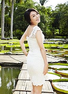 闫妮百变写真曝光 妆容精致尽展异域魅惑