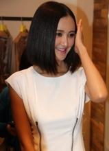 张歆艺白色短裙出席活动 获吴秀波为其穿衣服