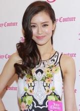 文咏珊复古短裙亮相时尚活动 展优雅女性气质