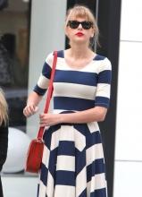 泰勒·斯威夫特蓝白条纹裙引领时髦