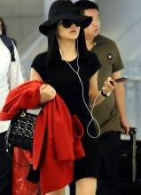 李湘現身上海虹橋機場 穿黑色短裙氣場十足