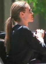 安吉丽娜朱莉黑裙消瘦似纸片人