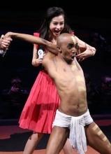 Angelababy与外籍演员互动秀绝技